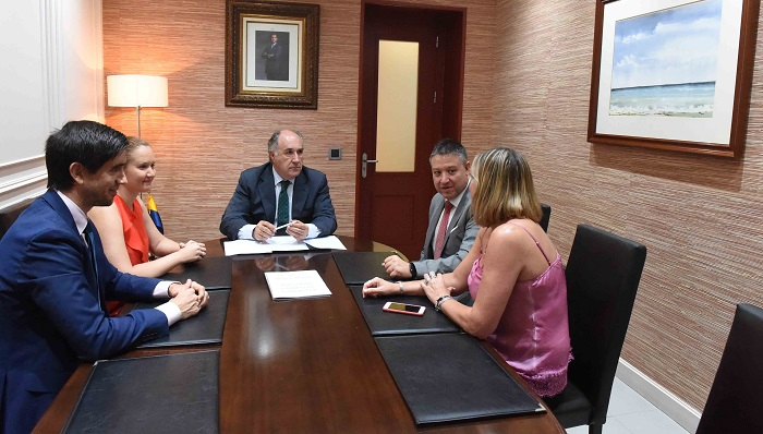Landaluce felicita al juez decano de Algeciras por su reelección