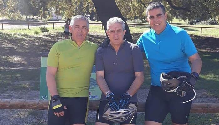 Manuel Saavedra, primero por la izquierda, junto a sus dos compañeros de Los Raptors