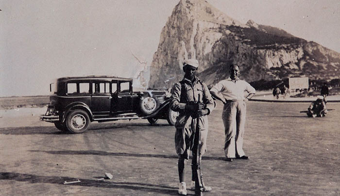 Junto al paso fronterizo. Soldados marroquíes del ejército de Franco. Archivo Familia Castilla del Pino