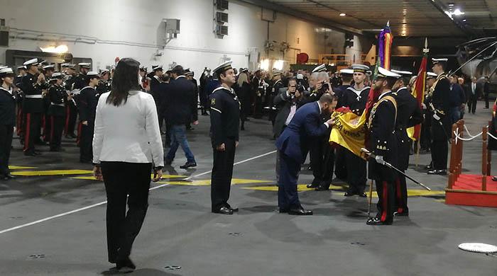 Un momento de la jura de bandera, a bordo del 'Juan Carlos I'. Foto LR