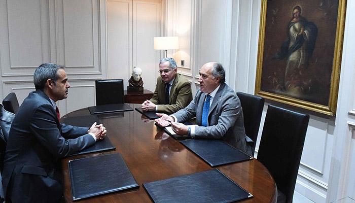El alcalde, José Ignacio Landaluce, con el subdelegado, José Pacheco, en presencia de Jacinto Muñoz