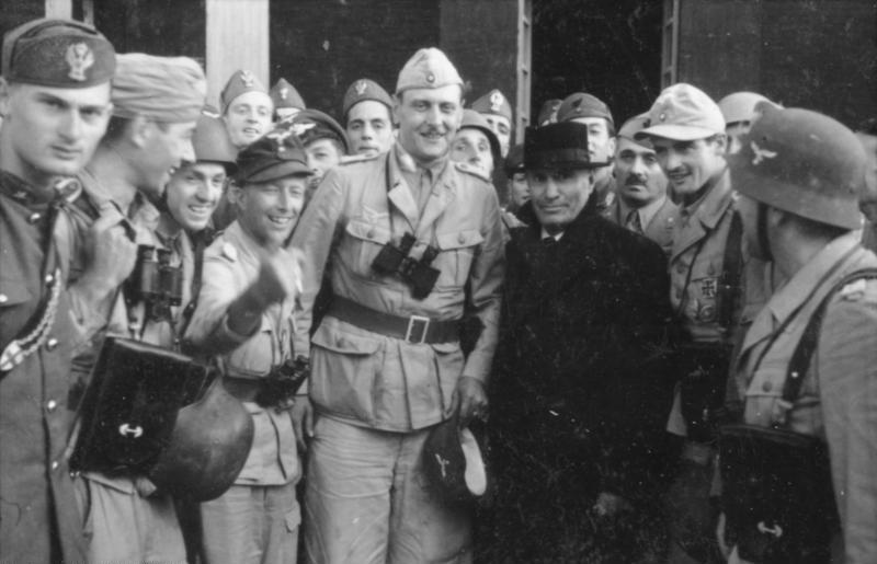 Skorzeny al lado de Mussolini el día de la liberación de éste. Foto NG