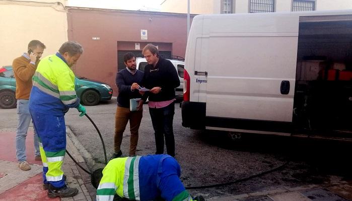 Emalgesa repasa la limpieza de los imbornales ante las próximas lluvias