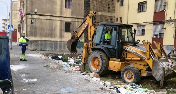 Operarios municipales, en la barrida de 'Las Palomeras'