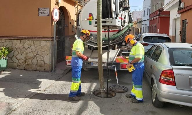 Operarios municipales limpiando imbornales