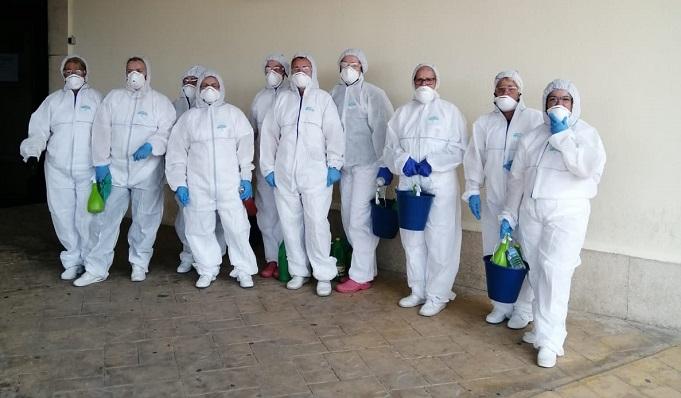 Operarios realizando las tareas de limpieza y desinfección