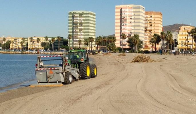 Una máquina de limpieza actuando en la playa de Poniente de La Línea