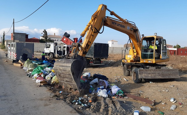 Una máquina limpiando en la zona