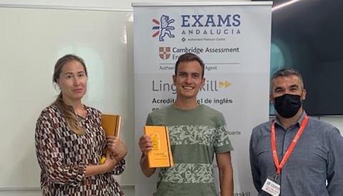 Dos de los estudiantes de la Universidad de Gibraltar, participantes en Linguaskill