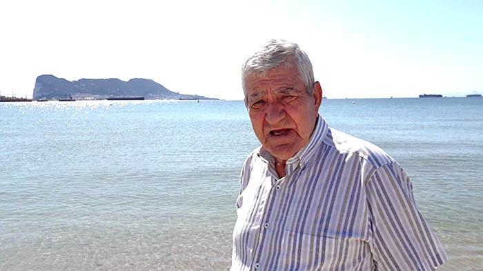 Luis Gavilán en la playa de Guadarranque