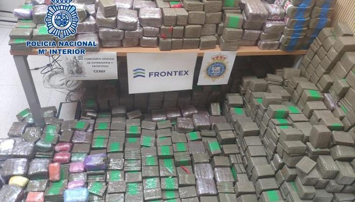 Intervienen 900 kilos de hachís ocultos en una furgoneta en el Puerto de Algeciras