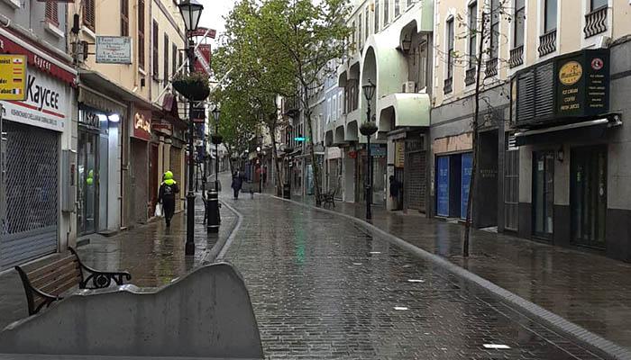 Main Street hoy, vacía de publico y con los comercios cerrados