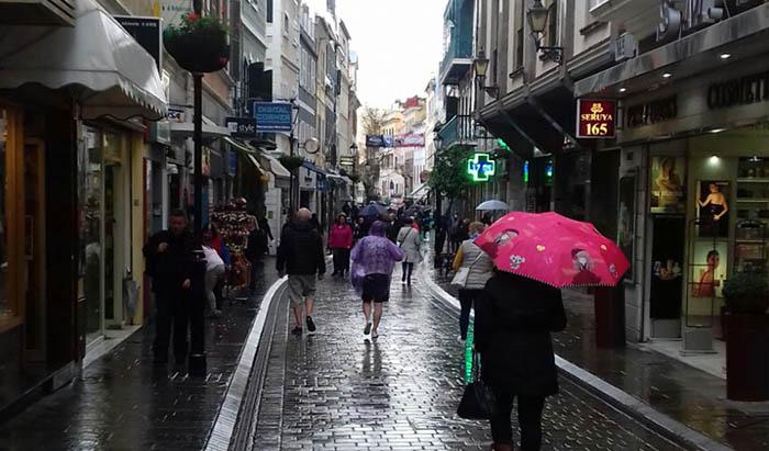 La principal calle comercial de Gibraltar, bajo la lluvia