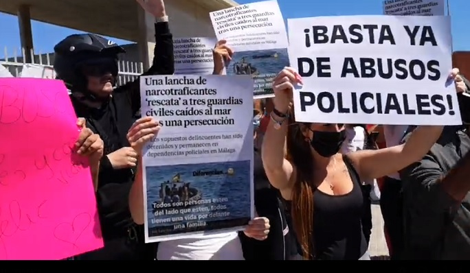 Varios de los manifestantes, esta tarde en la Atunara. Foto: NG