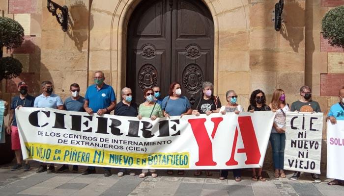 Imagen de la protesta en la puerta del Ayuntamiento de Algeciras