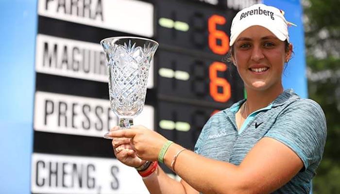 María Parra, con el trofeo de vencedora