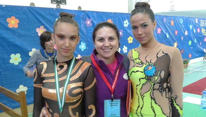 María Pérez entre dos de sus jóvenes gimnastas