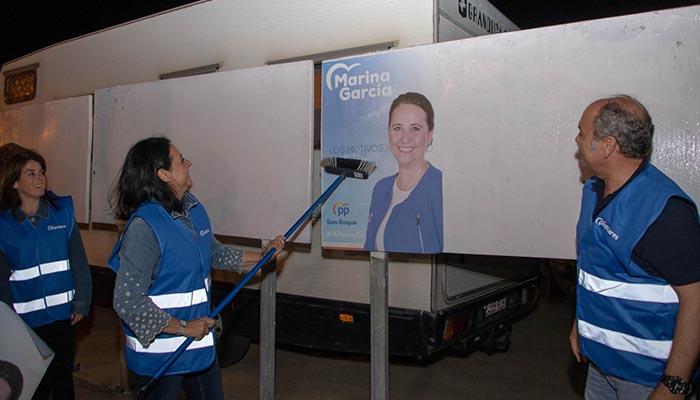 La cabeza de lista del PP de San Roque, Marina García, en la pegada de carteles
