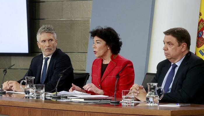 El ministro del Interior, Fernando Grande Marlaska, a la izquierda