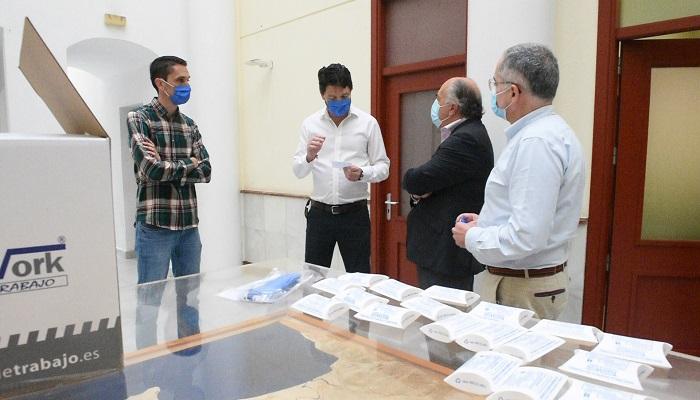 TeamWork entrega 300 mascarillas reutilizables al Consistorio en Algeciras