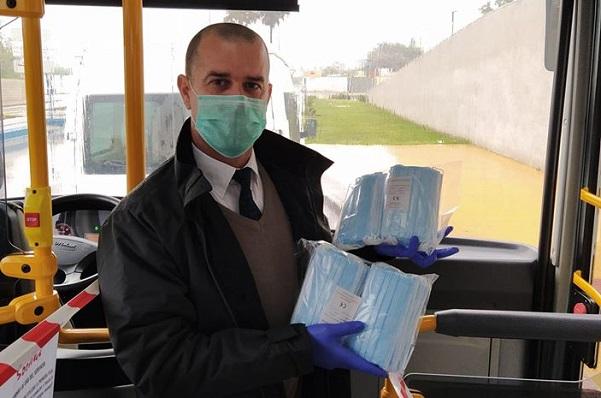Un conductor de autobús con varias mascarillas