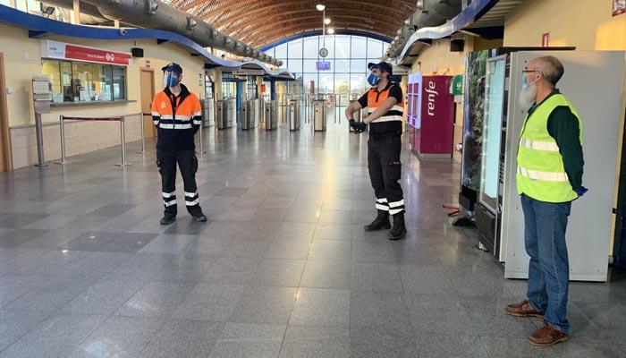 Entrada a una de las estaciones de tren en las que se han repartido mascarillas