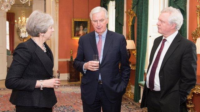 Barnier, en una imagen reciente con May y Davis