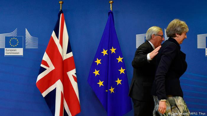 Juncker acompaña a May tras una comparecencia, en una imagen de archivo