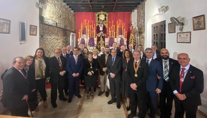 La concejal junto al resto de miembros de la cofradía