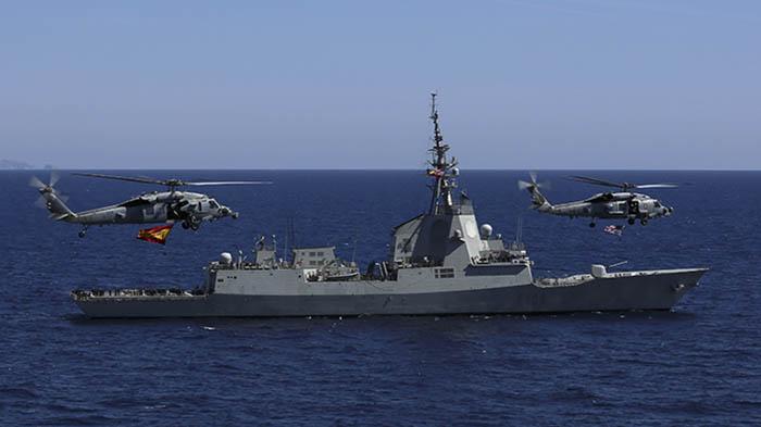 Los helicópteros norteamericanos, sobrevolado la 'Méndez Núñez'. Foto US Navy/Jeremias Bartelt