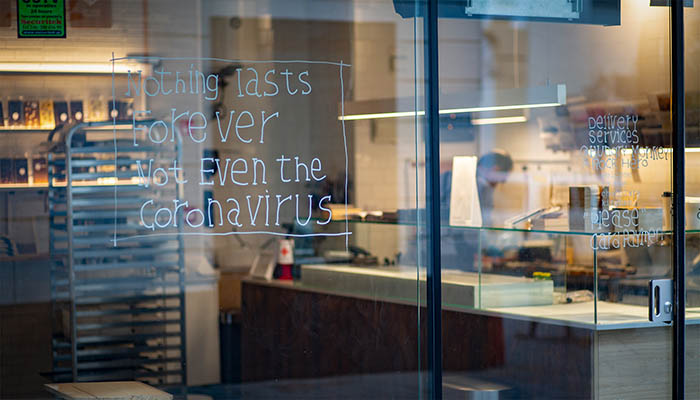Mensaje contra el coronavirus en un establecimiento de Gibraltar. Foto Sergio Rodríguez