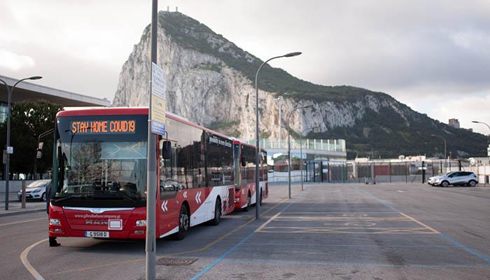 Mensaje sobre el Covid-19 en un autobús urbano. Foto Sergio Rodríguez