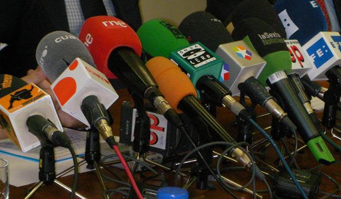 Micrófonos dispuestos en una rueda de prensa