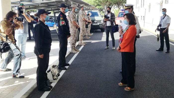 Margarita Robles conversa con una representación de quienes participaron en la Operación Balmis. Foto LR