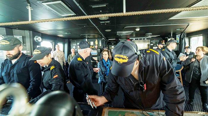 """La ministra de Defensa, ayer, a bordo del """"Juan Carlos I"""". Foto ARMADA ESPAÑOLA"""