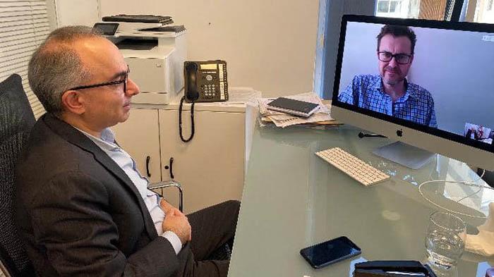 El ministro Daryanani, en su despacho, y el parlamentario del GSD,  Bossino, en videoconferencia