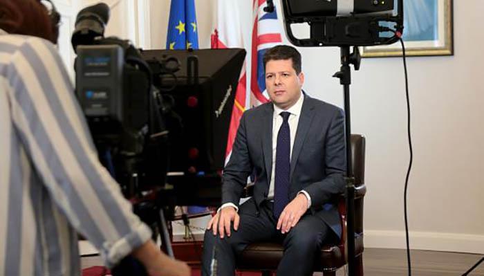 Fabian Picardo, ante las cámaras de la televisión pública GBC