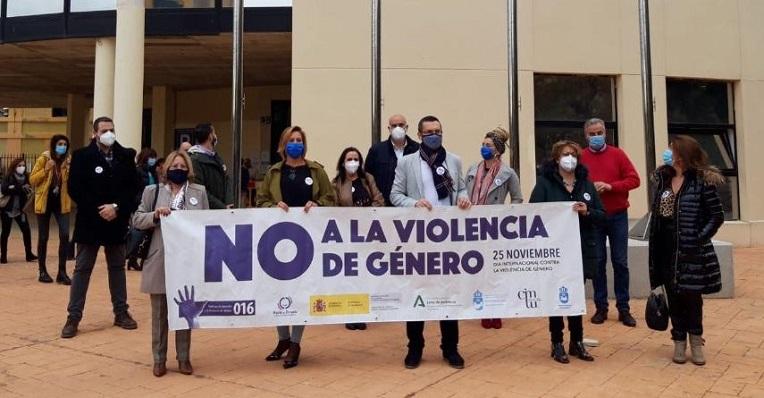Esta mañana se ha guardado un minuto de silencio junto al Ayuntamiento. Foto: NG