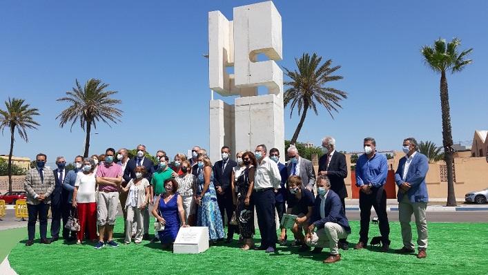 Un momento de esta mañana, tras la inauguración del monolito. Foto: lalínea.es