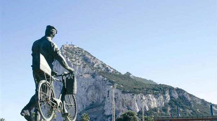 Monumento al trabajador transfronterizo, de cara al Peñón