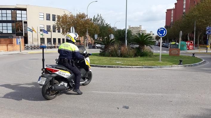 Un agente de la Policía Local, patrullando por La Línea
