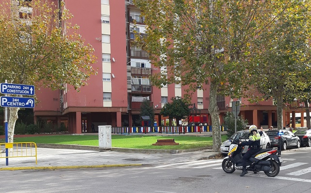 Una motocicleta de la Policía Local en la barriada Bellavista