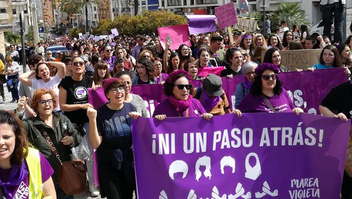 La manifestación feminista llegando a la Plaza Andalucía de Algeciras