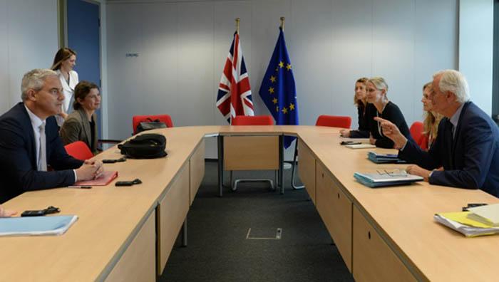 Equipos negociadores del Reino Unido (izda.) y Unión Europea
