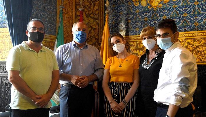 La joven estudiante Noelia Pérez es recibida en el Ayuntamiento de Algeciras