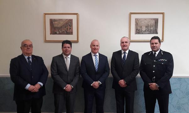 De izquierda a derecha, John Gonçalves, Fabián Picardo, Ian McGrail, el teniente general Ed Davis y Edward Yome.