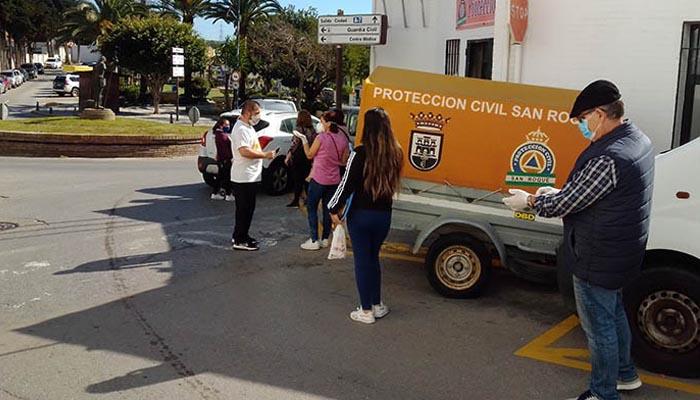 Ciudadanos a la espera de obtener las bolsas higiénicas