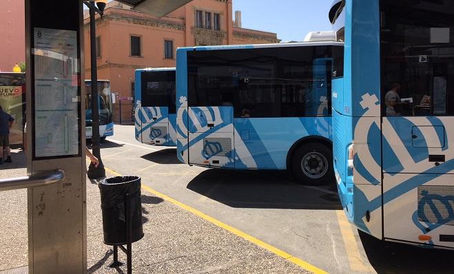 Varios autobuses de la flota linense del servicio de transporte público
