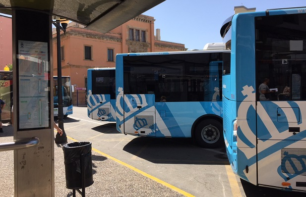 Autobuses de La Línea en la para de la Plaza de la Constitución