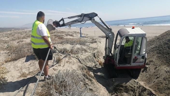 Un operario municipal hoy en la playa. Foto: lalínea.es
